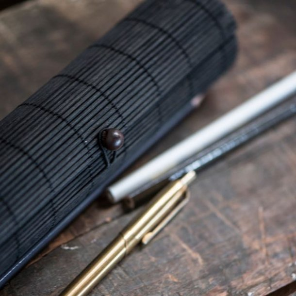 Penalhus i bambus - sort