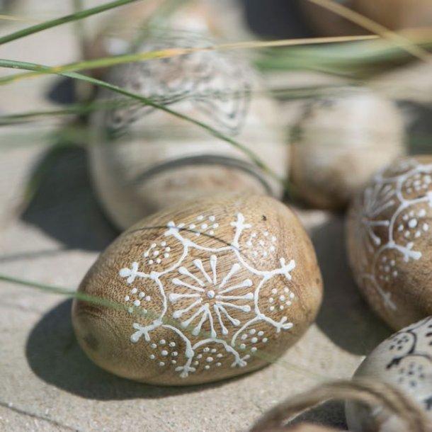 Påskeæg i mangotræ med hvid dekoration