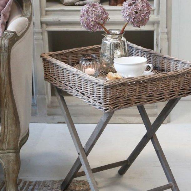Bakkebord med aftagelig bakke i flet