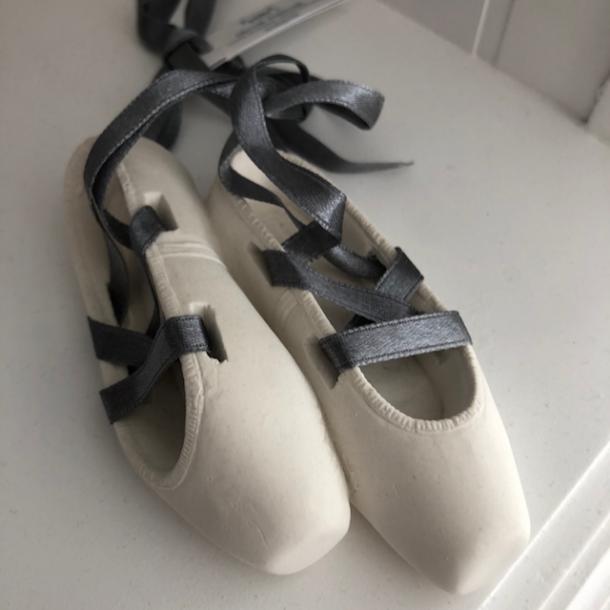 Balletsko med grå bånd - duftende dekoration - Marquis
