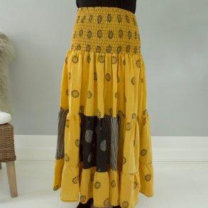 d5190db4 Silkenederdel - håndsyet i ægte vintage sari silke - lys karrygul med sort  mønster