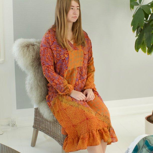 BOHO kjole med v-hals håndsyet i vintage sari silke stoffer - brændte farver - str. M/L