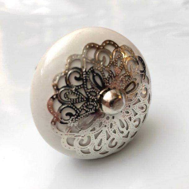 Knob med flot sølvemblem på forsiden